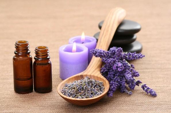 Kết hợp tinh dầu oải hương và dầu jojoba giúp ngăn rụng tóc