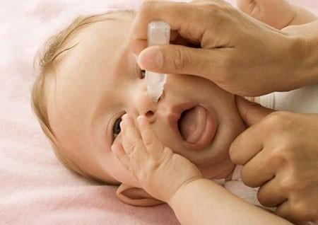 Rửa mũi cho trẻ thường xuyên bằng nước muối ấm